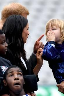 11. Juli 2018  ... mit ganz viel Humor. Nach der süßen Tatsch-Attacke wird das Kind scherzhaft zurechtgewiesen und hält sich dabei verblüfft die Hand vor den Mund. Das macht Meghans niedlichenMoment perfekt!