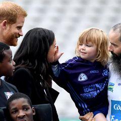11. Juli 2018  Ein royal zum Anfassen: Das süße Kind tatscht Meghan Markle ganz ungeniert mitten ins Gesicht. Die Herzogin reagiert darauf...
