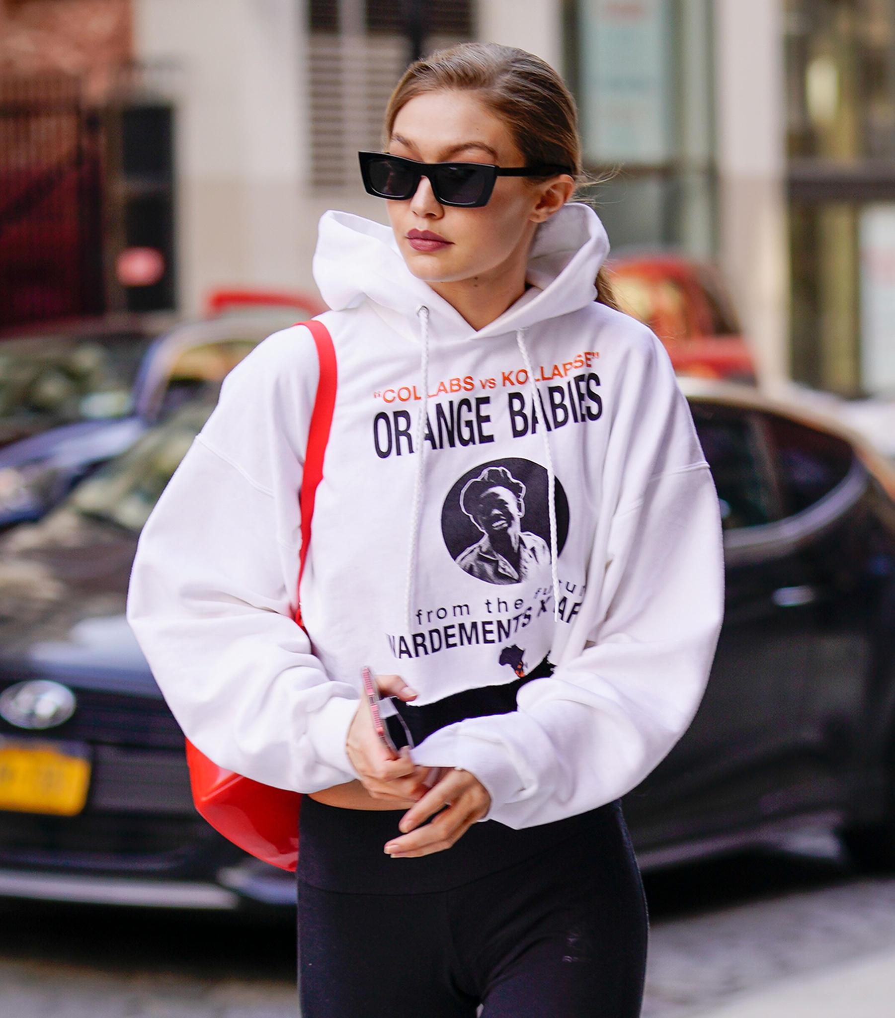 Gigi hadid schmeißt sich nach dem Sport einfach einen weiten Hoodie zu ihrer Sporthose und ihren Sneakern über und macht sich so auf den Weg in ihre New Yorker Wohnung.