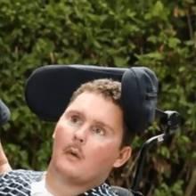 Junge im Rollstuhl
