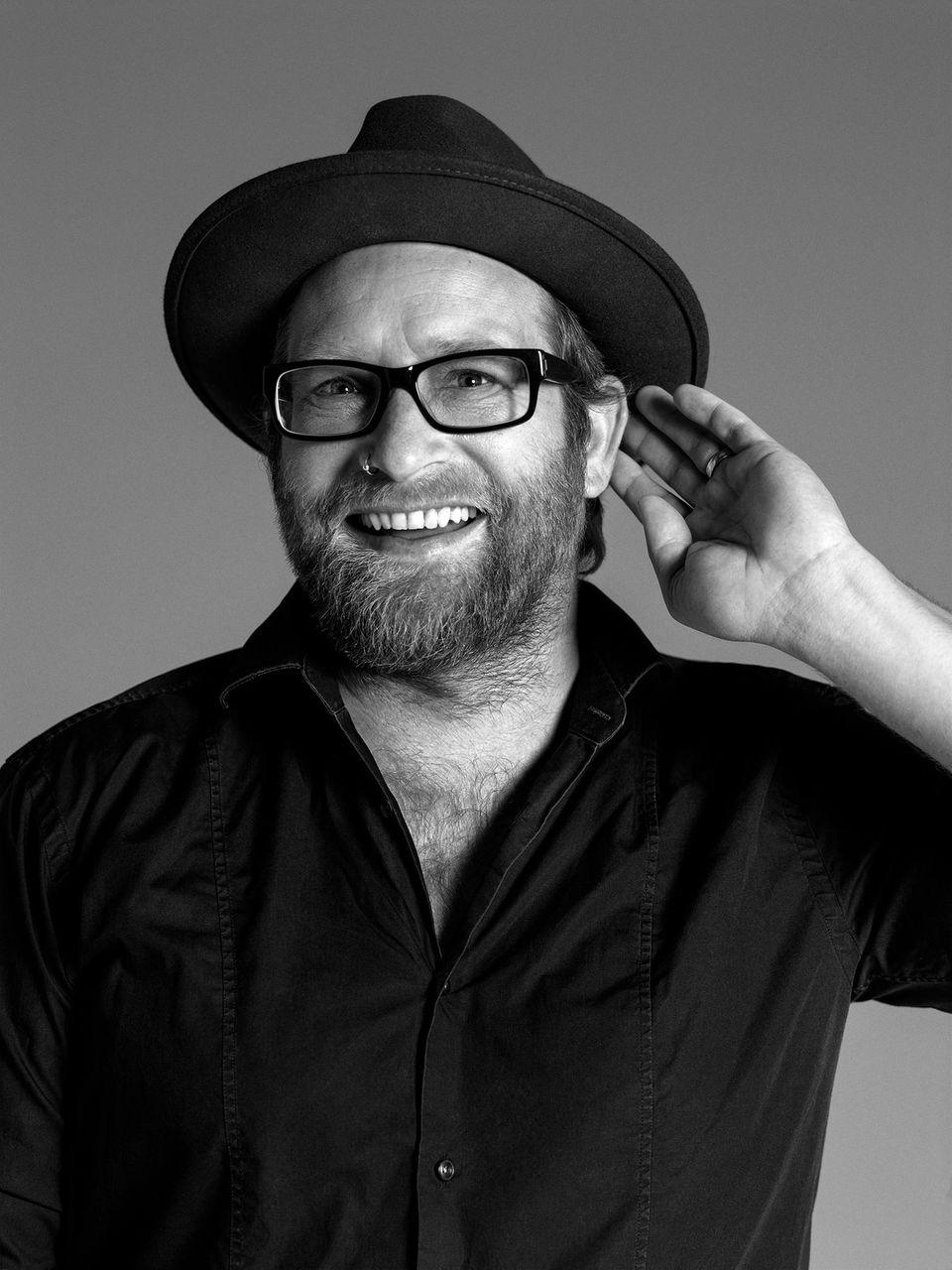 """12. Juli 2018  Gregor Meyle wird Botschafter für die """"Hear the World Foundation"""". Der Musiker unterstützt die Stiftung in ihrer Vision – eine Welt zu schaffen, in der jeder Mensch die Chance auf gutes Hören hat.  Das starke Schwarz-Weiß-Botschafterporträt wurde von Star-Fotograf Bryan Adams aufgenommen."""