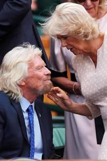 Oh, der ist aber weich. Herzogin Camilla tätschelt bei demWimbledon Tennis-Turnierden Bart des britischen UnternehmersRichard Branson. Dieser scheint sich dies sichtlich gefallen zu lassen.