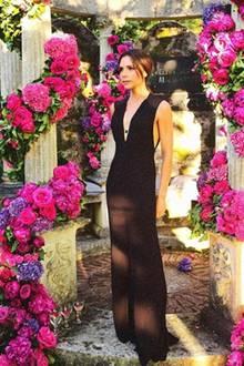 Tiefer V-Ausschnitt, weite Beine - der Jumpsuit von Victoria Beckham ist ein wahres Glamour-Modell. Vor allem die Edelstein-Kette im Dekolleté versprüht viel Eleganz.