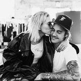 """10. Juli 2018  Mit einem nur so vor Liebe strotzenden Foto macht Justin Bieber seine Verlobung mit Hailey Baldwin offiziell.Er sei """"fest entschlossen"""", den Rest seines Lebens mit dem amerikanischen Model zu verbringen und sie mit """"Geduld und Zuneigung"""" zu lieben. """"Mein Herz gehört ganz und gar Dir und ich werde dich immer an erste Stelle setzen"""" schreibt der Teenie-Schwarm in seiner Liebesbekundung. """"Ich bin soooo in alles an Dir verliebt."""""""