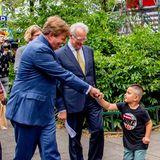11. Juli 2018  Bei seinem Besuch im Stadtteil Kolenkitbuurt in Amsterdam begrüßt König Willem -Alexander freudig einen kleinen Jungen.