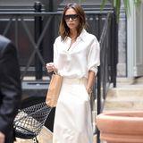 Bei diesem Look ist Vorsicht geboten: Victoria Beckham entscheidet sich für ein komplett helles Outfit. Fleckenfrei schafft sie es darin sommerlich durch Paris.
