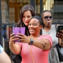 Besonders diese Dame freut sich riesig über ihren Schnappschussmit Superstar Liv Tyler.