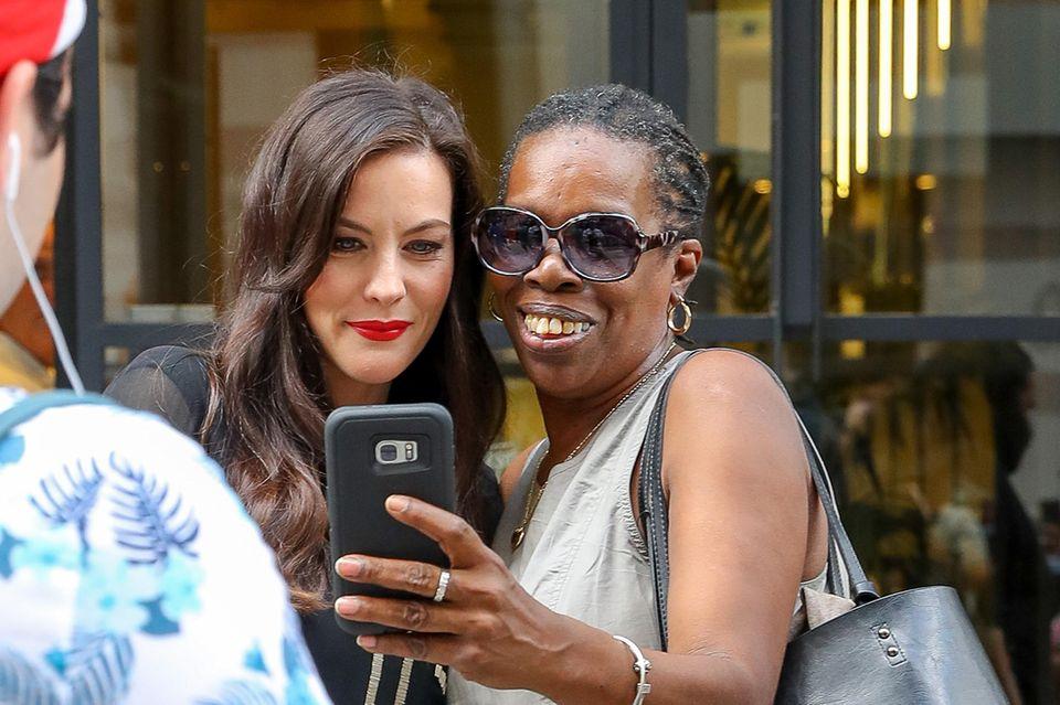 Schauspielerin Liv Tyler stellt sich geduldig für Erinnerungsfotos bereit ...