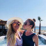 Ein Küsschen gibt Lindsay Lohan ihrer Mutter Dina. Das Mutter-Tochter-Gespann verbringt gerade ein paar sonnige Tage in Griechenland.