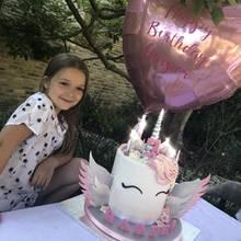 Zu ihrem siebten Geburtstag bekommt die kleine Harper Beckham eine stylische Einhorn-Torte in Pastelltönen.