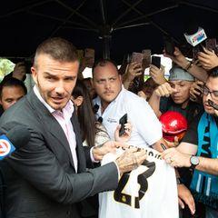 Während eines Public Viewings in Miami wird das WM-Spiel England gegen Kroatien ausgestrahlt. Das Halbfinale wird allerdings schnell zur Nebensache, als der ehemalige englische Nationalspieler David Beckham dort auftaucht um mitzuschauen.