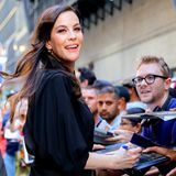 """Bevor Schauspielerin Liv Tyler die """"The Late Show with Steven Colbert"""" in New York besucht, entschädigt sie die vor dem Studiogebäude ausharrenden Fans mit Autogrammen."""