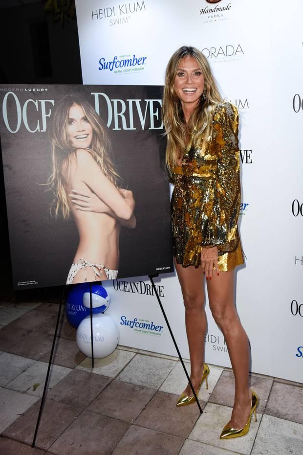 """Zu der Launch-Party ihres """"Ocean Drive""""-Covers kommt Heidi Klum als Golden Girl. Ihr Kleid von Greta Constantine schillert prächtig und lenkt die Blicke auf einen tiefen Ausschnitt."""