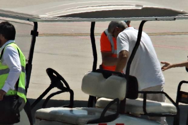 George Clooney steigt aus dem Golfcart aus und benötigt etwas Unterstützung