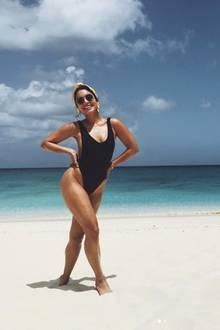 """""""Der letzte Tag im Paradies"""", schreibt Vanessa Hudgens zu diesem Urlaubsschnappschuss von sich am Strand. In einem schwarzen Einteiler, mit cooler Sonnenbrille und stylischem Bandana strahlt sie für die Kamera."""