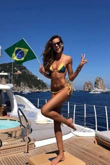 Auch für Izabel Goulart scheint es einer der schönsten Sommer ihres Lebens werden zu können; sie hat sich gerade mit ihrem Liebsten, Deutschlands Nationaltorhüter Kevin Trapp verlobt. Die beiden urlauben mit Freunden in Griechenland, wo sie immer wieder in knappen Bikinis für die Kamera posiert.