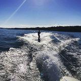 """11. Juli 2018  """"Einen schönen Sommer von uns allen in Sörlandet"""", schreibtMette-Marit zu dem privaten Urlaubsschnappschuss auf Instagram. Der königliche Termin-Kalender ist leer, bleibt für die norwegische Kronprinzenfamilie also Zeit für eine Abkühlung von den heißen Temperaturen an der Küste."""