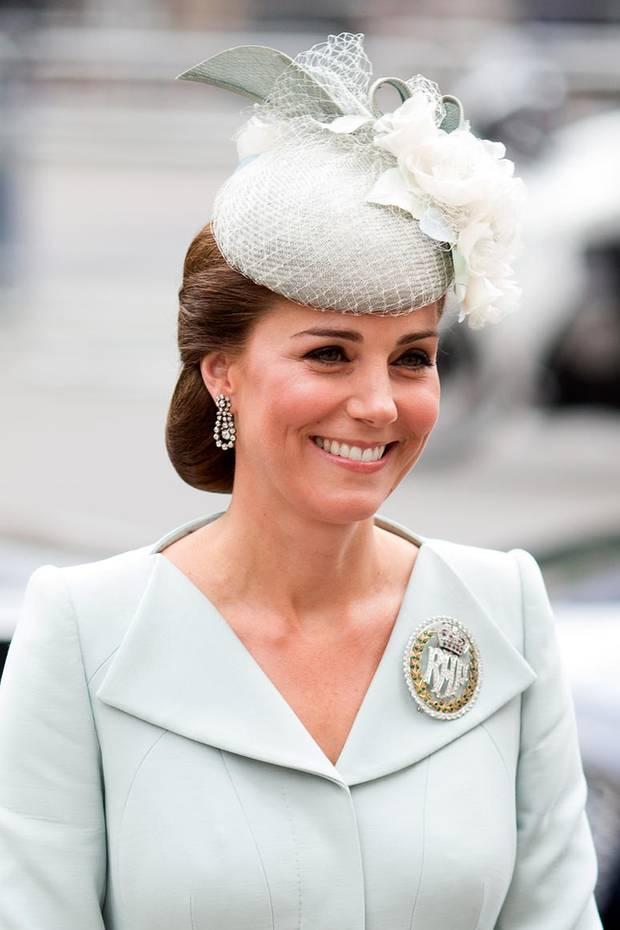 Zum Gottesdienst im Rahmen der Feier des 100. Jubiläums der Royal Air Force in London, glänzt Herzogin Catherine mit einer eleganten Frisur. Ihre Haare sind zu einem tief sitzenden Knoten gesteckt. Bei genauer Betrachtung lässt sich jedoch erkennen, dass Kate bei diesem Look ganz schön getrickst hat.