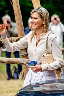 Bei all der Eleganz passt eine Tasche von Chanel natürlich ganz hervorragend. Tolle Outfit, liebe Máxima.