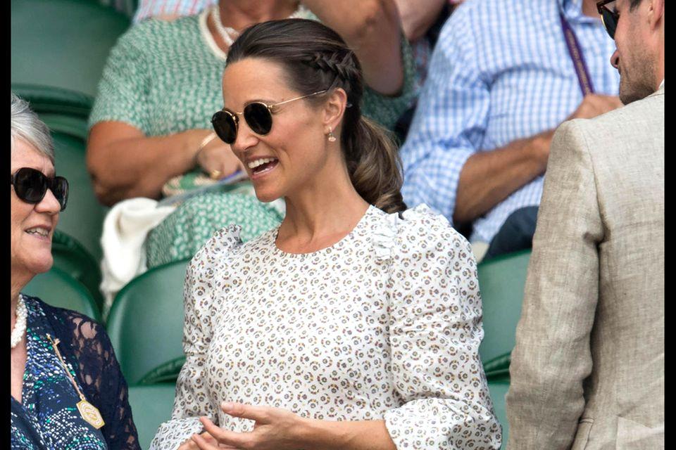 In Wimbledon zeigt Pippa nicht nur stolz ihren Babybauch sondern auch einen coolen, neuen Hairstyle: Sie trägt ihr Haar an der Seite geflochten und dann in einem tiefen Pferdeschwanz.