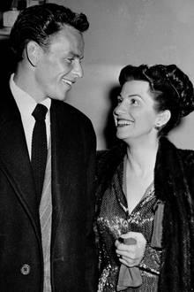 """14. Juli 2018: Nancy Sinatra (101 Jahre)  Nancy Sinatra, die erste Frau von Kultsängers Frank Sinatra, ist tot. Sie starb im Alter von 101 Jahren. Das gab ihre Tochter, Nancy Sinatra Jr., am Samstagmorgen via Twitter bekannt.""""Sie war ein Segen und das Licht meines Lebens"""", schrieb ihre Tochter auf Twitter. """"Danke für alles."""" Einzelheiten nennt sie nicht."""