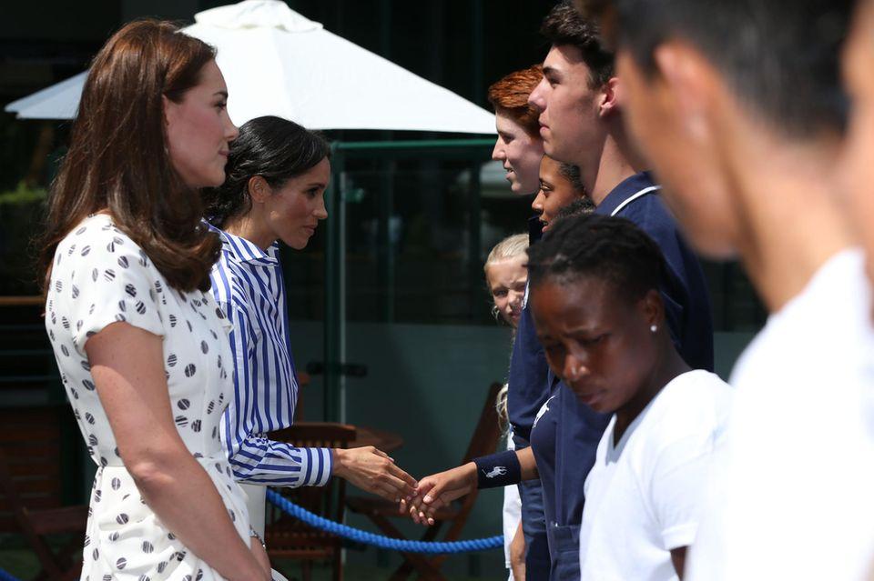 Herzogin Catherine und Herzogin Meghan treffen Ballkinder in Wimbledon.