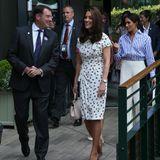 Herzogin Catherine erscheint in einem Kleid und beigen Wildlederpumps, Herzogin Meghan trägt Hose und Bluse.
