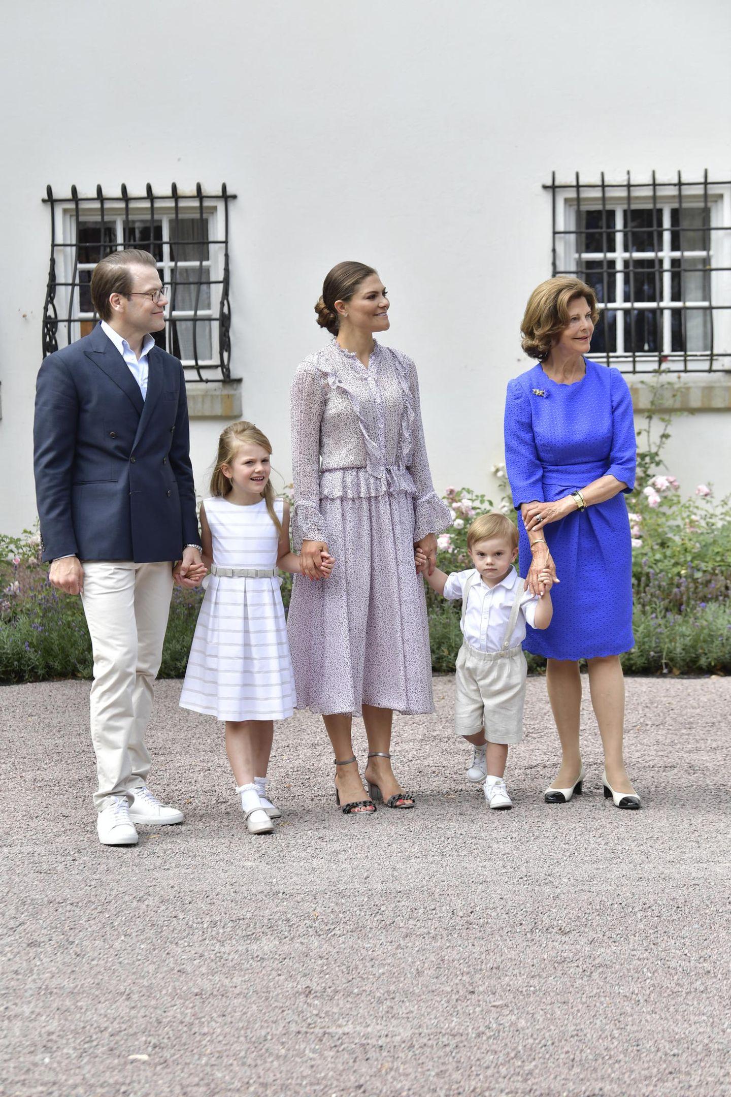 Estelle hatte bei der Taufe ihrer jüngsten Cousine gefehlt und überrascht mit lang gewordenen, hellen Haaren. Der kleine Prinz Oscar schaut - wie immer - etwas grimmig.