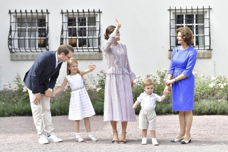 Es ist der 41. Geburtstag ihrer Mutter: Prinzessin Estelle und Prinz Oscar zeigen sich mit ihren Eltern und ihrer Oma vor dem Schloss. Beide tragen sommerliche Outfits.