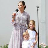 Beide halten sich in der Nähe von Mama Victoria und schauen etwas skeptisch in Richtung der Fotografen.