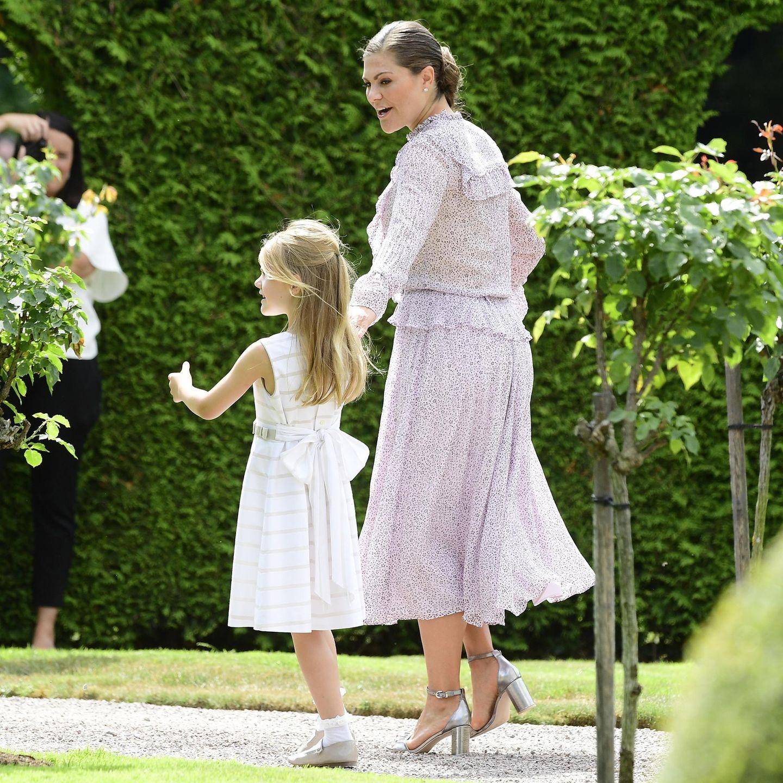 Eine riesige Schleife ziert das Kleid von Prinzessin Estelle. Zudem wird sichtbar, wie lang die blonden Haare der Sechsjährigen geworden sind.