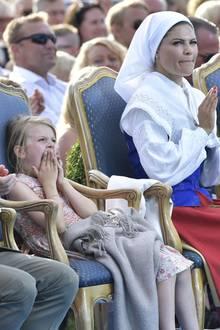 Die kleine Prinzessin Estelle ist am Abend so müde, dass sie ständig gähnen muss.
