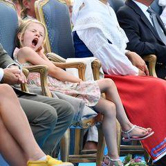 Die Müdigkeit nimmt immer mehr zu. Nun schafft es die kleine Prinzessin Estelle nicht mal mehr beim Gähnen die Hand vor den Mund zu nehmen.