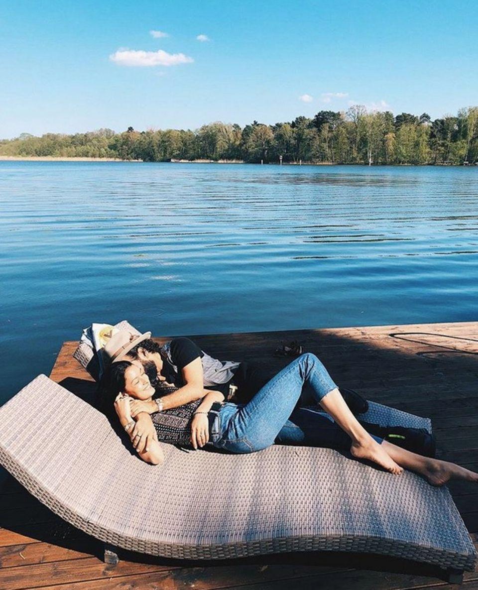 21. April 2018  Rebecca Mir und Massimo Sinato verbringen einen entspannten Sonntag in der Natur.