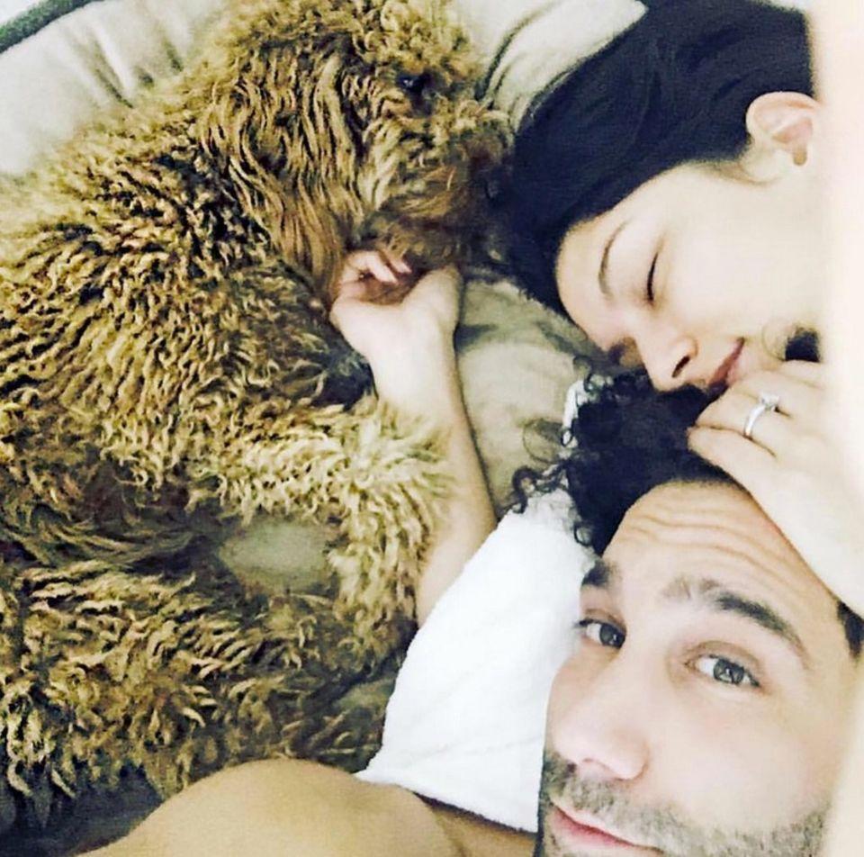 15. Juni 2018  Kuschelig aus dem Bett mit Hündin Macchia wünschen Rebecca Mir und Massimo Sinato ihren Instagram-Fans einen guten Morgen.