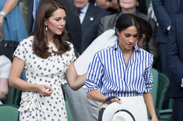 Herzogin Catherine legt mitfühlend ihre Hand auf Herzogin Meghans Schulter.