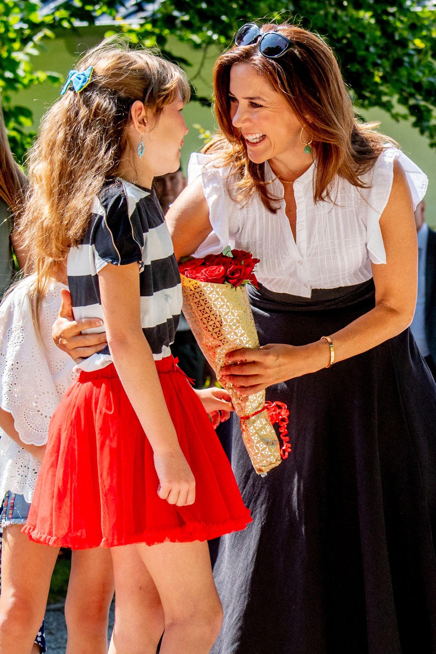 15. Juli 2018  Ein Fan von Kronprinzessin Mary überbringt ihr ein Strauß Blumen.