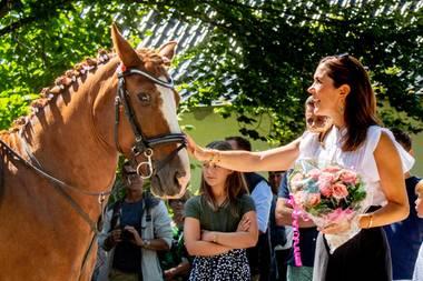 15. Juli 2018  Tierfreundin Kronprinzessin Mary streichelt ein Pferd.