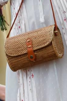 Dazu kombiniert sie eine stylische Korbtasche mit Lederband. Mit einem Preis von rund 50 Euro ist das Accessoireein Schnäppchen im Vergleich zu anderen Lieblingen aus ihrer Handtaschen-Kollektion. Die jüngere Schwester von Prinzessin Victoria und Prinz Carl Philip ist für ihr Luxus-Faible bekannt.
