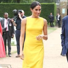 """Wow, was für ein strahlender Auftritt. Anfang Juli 2018 entscheidet sich Meghan Markle erstmals für ein leuchtend gelbes Kleid, als sie zum Empfang""""Your Commonwealth"""" in London erscheint."""