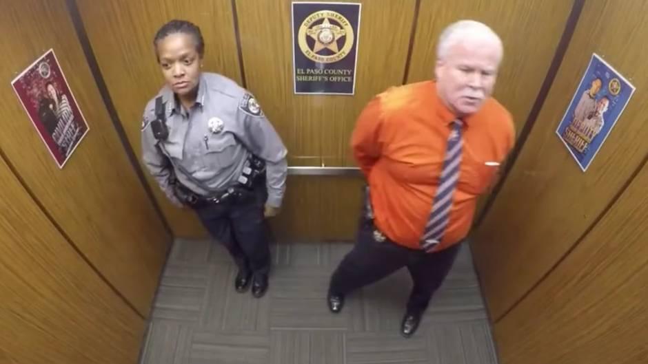 Überraschender Moment: Er steigt in einen Aufzug - was die Kamera dann filmt, begeistert das Netz