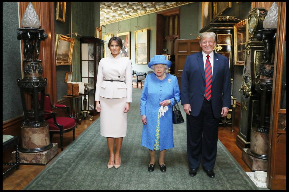 Die Trumps + die Queen: Foto aus dem Schloss: Ein Detail gehört hier nicht hin