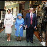 Von Angela Merkel bis Wladimir Putin: Bitte recht freundlich: Beim Fototermin auf Schloss Windsor am 13. Juni 2018 mit First Lady Melania Trump (l.) und US-Präsident Donald Trump (r.) wirkt Queen Elizabeth wie eine Mini-Queen.