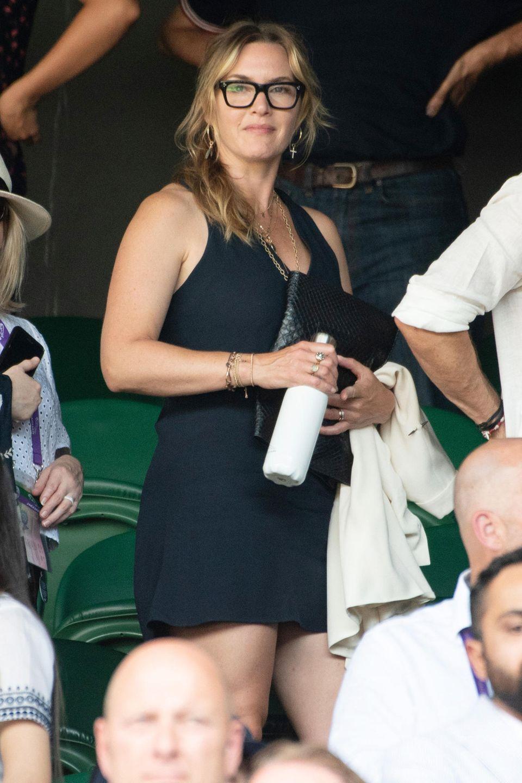 Kate Winslet kommt total downdressed zum großen Finale. Ihr kleines Schwarzes ist sportlich, ihre Brille ziemlich cool.