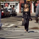 """Sarah Jessica Parker verbreitet für Intimissimi wieder ganz viel """"Sex and the City""""-Frauenpower. ImschwarzenSeiden-Pyjama und elegantem Spitzen-BH der Marke shootet sie selbstbewusst in den Straßen New Yorks und könnte dabei glatt als Carrie durchgehen. Zum sinnlichen Look gehören - ganz wie es der Bradshaw-Style verlangt - extravagante Stilettos."""