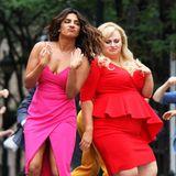 """Einfach mal die Sau rauslassen! Das können Priyanka Chopra und Rebel Wilson bei den Dreharbeiten zu """"Isn't It Romantic"""" hervorragend."""