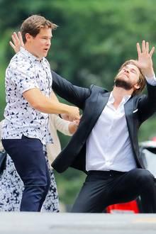 """Auch die Männer Adam DeVine und Liam Hemsworth spielen in der Szene für """"Isn't It Romantic"""" ausgelassen."""