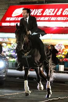 """""""Wer reitet so spät durch Nacht und Wind?"""" Es ist Keanu Reeves ...  Der Schauspieler spielt natürlich nicht den """"Erlkönig"""", sondern steht in Brooklyn für den Film """"John Wick 3"""" vor der Kamera."""