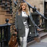 Pailletten-Tops sind eine schwierige Angelegenheit. Schnell wirken sie - sagen wir - preiswert. Sarah Jessica Parker weiß jedoch, dass sie in Kombination mit einem Kokonmantel, einer einfachen Jeans und eleganten Pumps auch äußerst schick aussehen können.