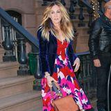 Ein bunt gemustertes Kleid, knallige Strümpfe und leuchtend pinke Schuhe- das darf echt nur Carrie!